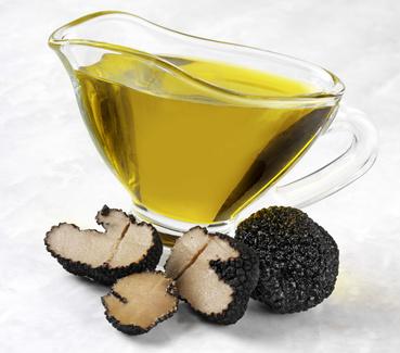 frisches Trüffelöl mit schwarzen Trüffeln